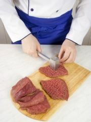 Приготовление блюда по рецепту - Говядина ссыром ибананами. Шаг 1
