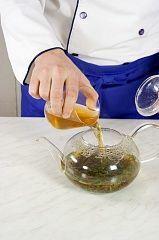 Залейте кипятком, добавьте веточки вербены и хорошо размешайте.  Подавайте чай горячим.