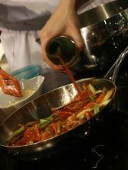Приготовление блюда по рецепту - Овощные спагетти с обжаренным тунцом. Шаг 3