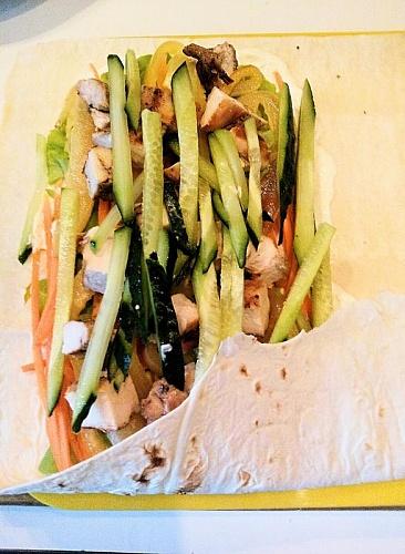 Приготовление блюда по рецепту - Ролл из лаваша с овощами и курицей. Шаг 6