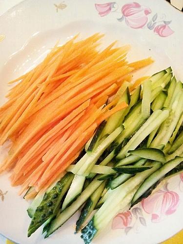 Приготовление блюда по рецепту - Ролл из лаваша с овощами и курицей. Шаг 3