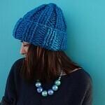 Модная объемная шапка спицами из толстой пряжи