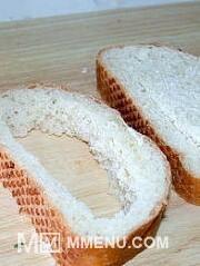 Приготовление блюда по рецепту - Яичница в хлебе ( в батоне). Шаг 2